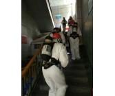 消防员背着消防空气呼吸器进行消防演习