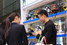 参观客户详细了解防毒面具上的滤毒罐